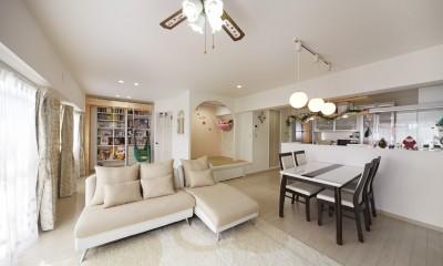 お子様が喜ぶアイデアいっぱいの楽しいお家 (オープンキッチンで広々とした明るいリビング)