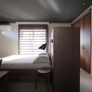 S邸の写真 ベッドヘッドで寝る空間と収納を分ける