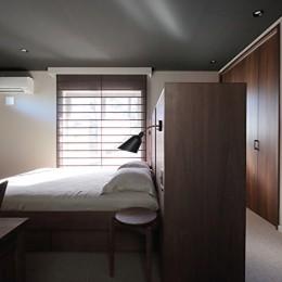 S邸 (ベッドヘッドで寝る空間と収納を分ける)