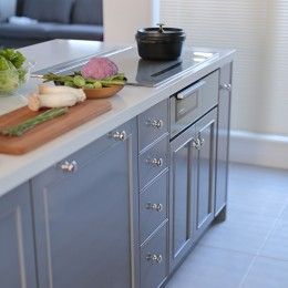 S邸 (床とカラーを合わせたキッチン収納)