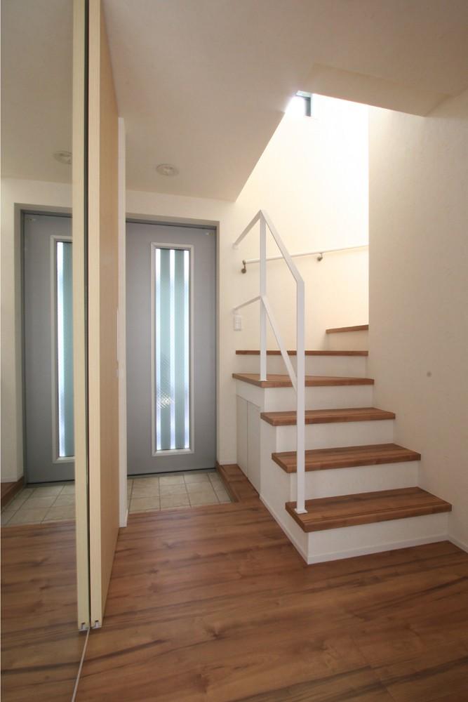 ステンドグラス工房のある住まい (玄関ホール階段)