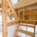 五つ葉の家|狛江市(注文住宅)の写真 造作階段・本棚