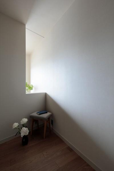 光と陰を楽しむ寝室 (白金台N邸  光を取り込む斜めリビングの家)