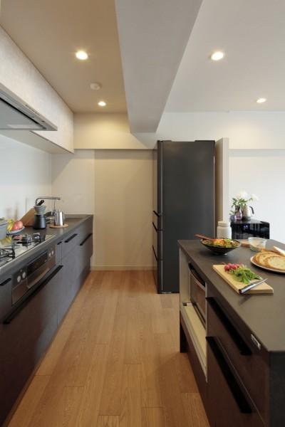 白金台N邸  光を取り込む斜めリビングの家 (セラミックトップキッチン)