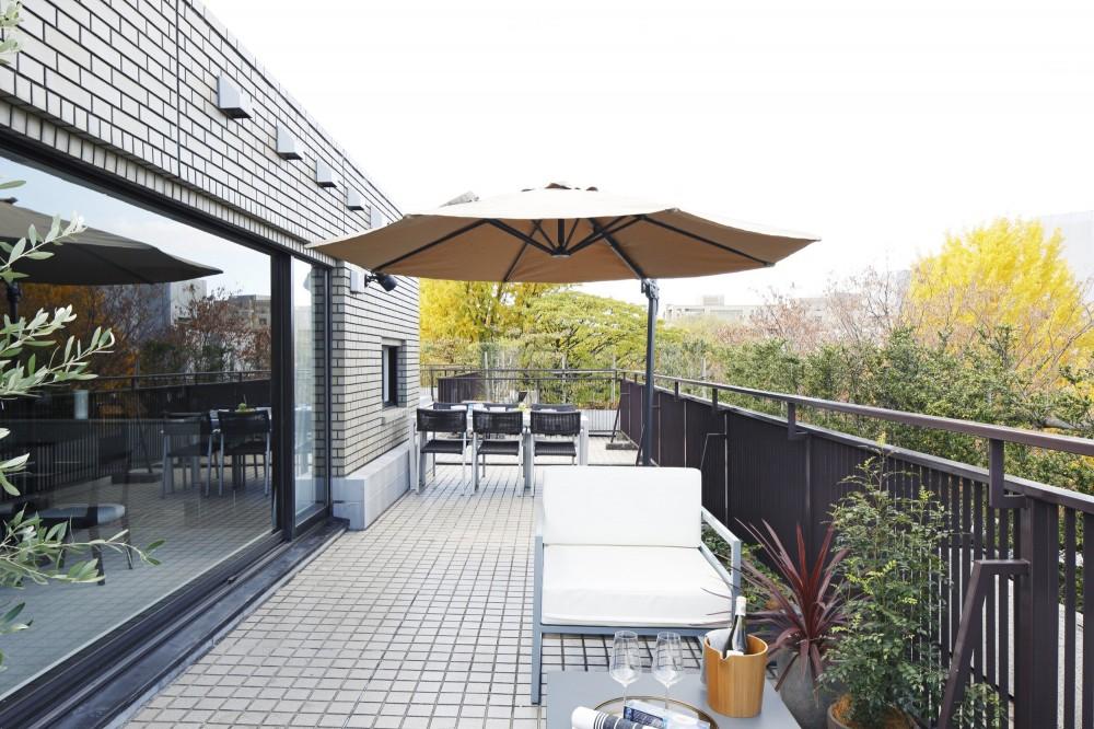 鹿内 健「有栖川の家  公園を取り込むルーバー天井」