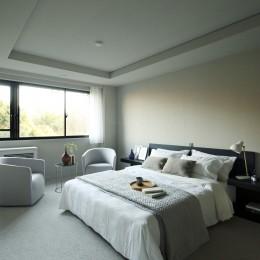 有栖川の家  公園を取り込むルーバー天井 (公園に面するベッドルーム)
