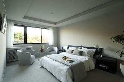 公園に面するベッドルーム (有栖川の家  公園を取り込むルーバー天井)