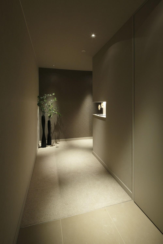 有栖川の家  公園を取り込むルーバー天井 (ギャラリーのような廊下1)
