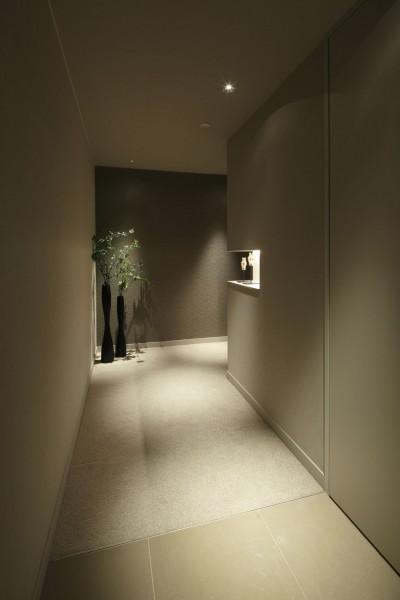 ギャラリーのような廊下1 (有栖川の家  公園を取り込むルーバー天井)