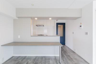 グレーを基調としたシャビーシックの空間 築34年マンション×リノベーション (ダイニングキッチン)