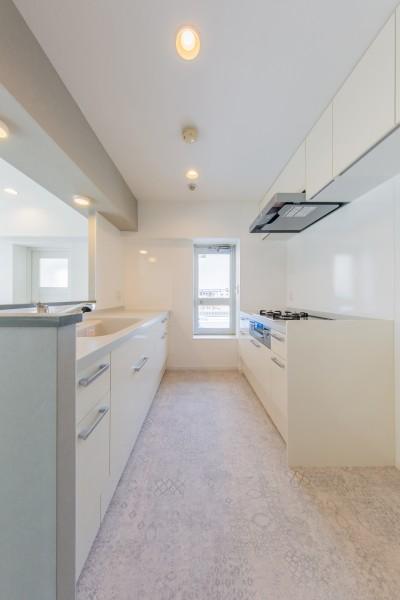 キッチンスペース① (グレーを基調としたシャビーシックの空間 築34年マンション×リノベーション)