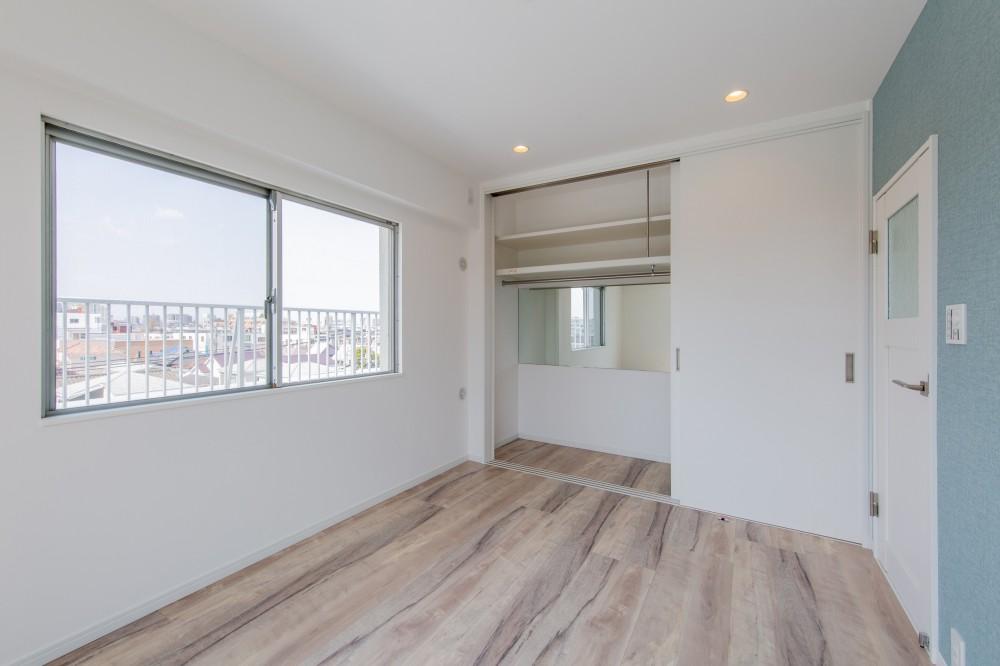 グレーを基調としたシャビーシックの空間 築34年マンション×リノベーション (寝室)