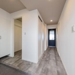 グレーを基調としたシャビーシックの空間 築34年マンション×リノベーション (玄関、土間、廊下スペース)