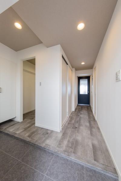 玄関、土間、廊下スペース (グレーを基調としたシャビーシックの空間 築34年マンション×リノベーション)