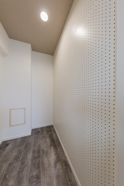 ウォークインクローゼット (グレーを基調としたシャビーシックの空間 築34年マンション×リノベーション)