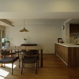 一番町T邸 チークフローリング・カーペットの柔らかな空間 (ダイニングキッチン 造作家具+既存システムキッチン)