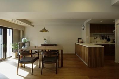ダイニングキッチン 造作家具+既存システムキッチン (一番町T邸 チークフローリング・カーペットの柔らかな空間)
