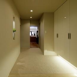 一番町T邸 チークフローリング・カーペットの柔らかな空間 (玄関 キッチンとダイニングが1直線に抜ける)