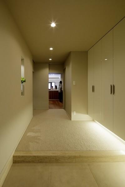 玄関 キッチンとダイニングが1直線に抜ける (一番町T邸 チークフローリング・カーペットの柔らかな空間)