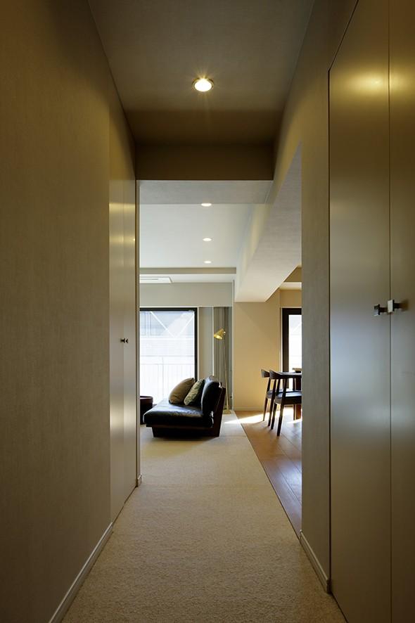 一番町T邸 チークフローリング・カーペットの柔らかな空間 (廊下)