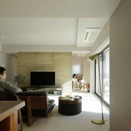 一番町T邸 チークフローリング・カーペットの柔らかな空間 (子供部屋の雰囲気が伝わるリビング)
