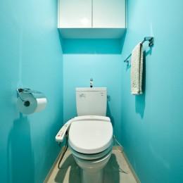 単身リノベはリラックスできる癒し空間 (ブルーの爽やかなトイレ)