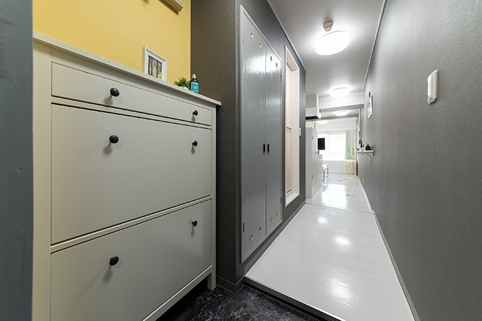 男性単身者向けのマンション/狭さを感じさせないワンルーム (玄関)