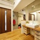 念願だった大空間LDKの写真 木の天板でシンプルな洗面