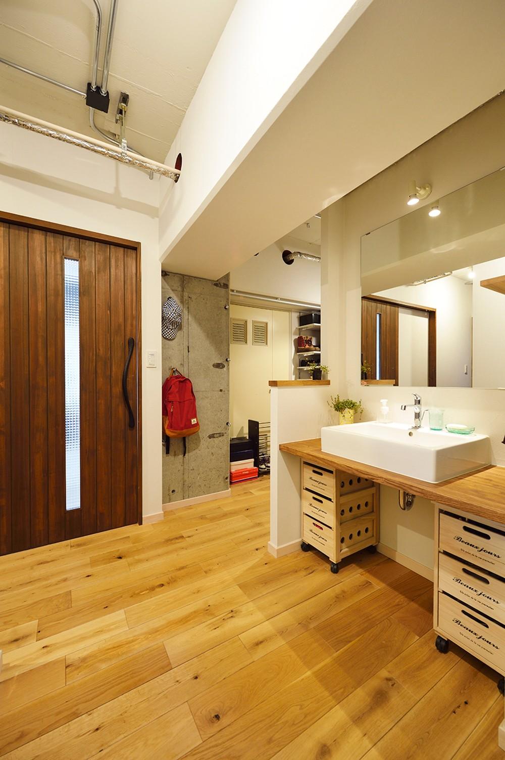 念願だった大空間LDK (木の天板でシンプルな洗面)