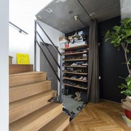 木とコンクリートの自然体な暮らし (玄関)