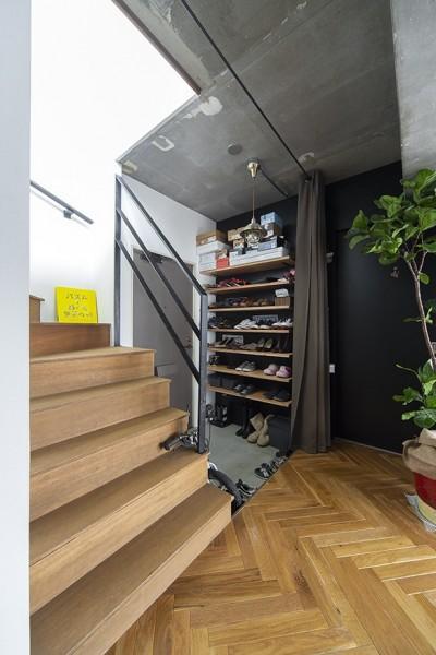 玄関 (木とコンクリートの自然体な暮らし)