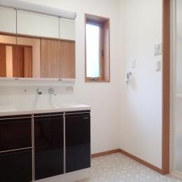 無垢材を使ったナチュラルテイストのぬくもりのある家 (洗面室)