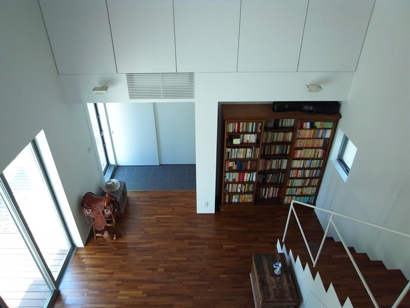 辻堂の家 (2階から玄関ホール・リビングを見る)