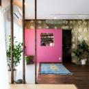 植物と書道家とルイスバラガンとの写真 ピンクの壁が映えるリビング