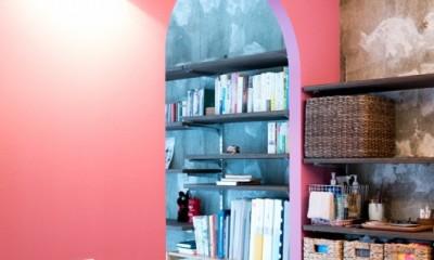 植物と書道家とルイスバラガンと (ピンクの壁が映える洗面所)