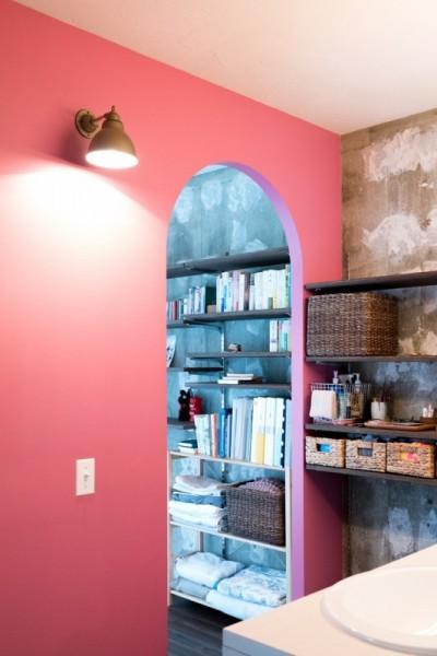 ピンクの壁が映える洗面所 (植物と書道家とルイスバラガンと)
