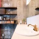 植物と書道家とルイスバラガンとの写真 おしゃれな蛇口の洗面所