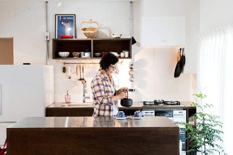 植物と書道家とルイスバラガンと (広い調理スペースが魅力のキッチン)