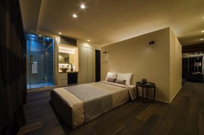 落ち着いた雰囲気の寝室 (海に浮かぶ家)
