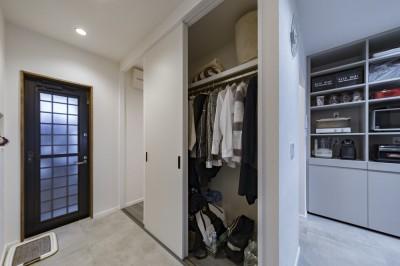 リビングに設置したファミリークローゼット (収納にこだわったプランで家事効率が劇的にアップ!アイランドキッチンが中心の快適空間)