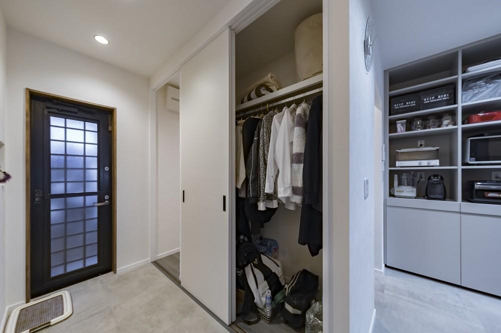 収納にこだわったプランで家事効率が劇的にアップ!アイランドキッチンが中心の快適空間 (リビングに設置したファミリークローゼット)