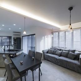 収納にこだわったプランで家事効率が劇的にアップ!アイランドキッチンが中心の快適空間 (グレーでコーディネートされたLDK)