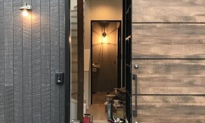 モノトーンで統一されたシンプルハウス (玄関)