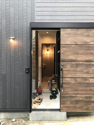 玄関 (モノトーンで統一されたシンプルハウス)