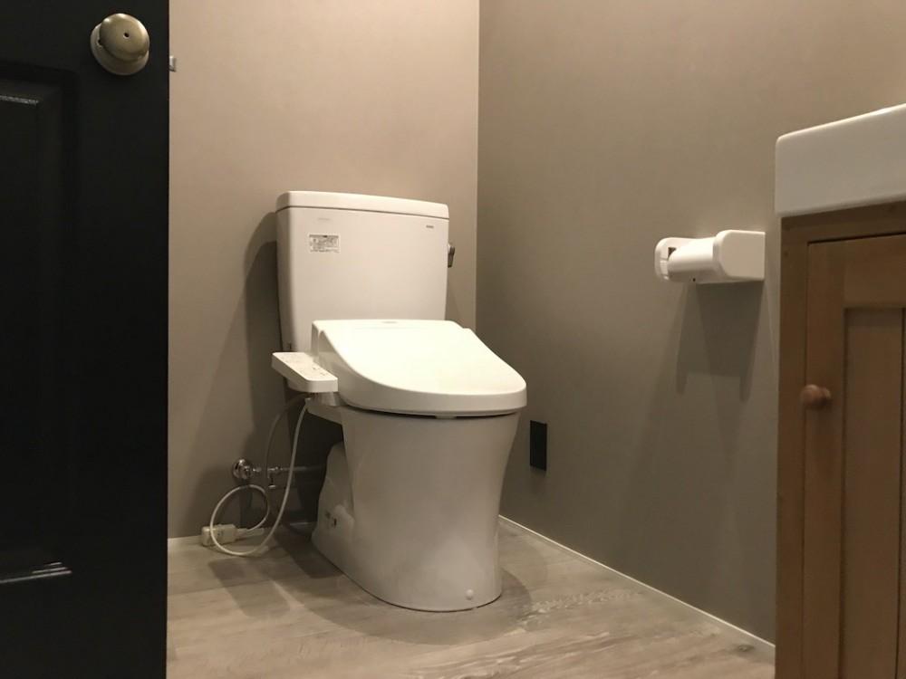 モノトーンで統一されたシンプルハウス (トイレ)