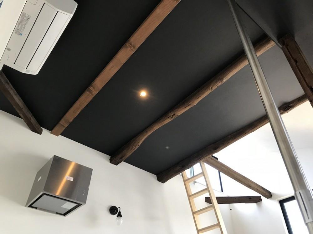 モノトーンで統一されたシンプルハウス (天井)