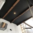 モノトーンで統一されたシンプルハウスの写真 天井