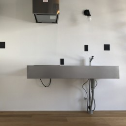 モノトーンで統一されたシンプルハウス (キッチン)
