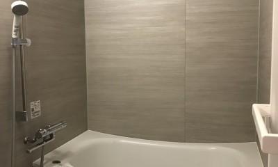 モノトーンで統一されたシンプルハウス (バスルーム)