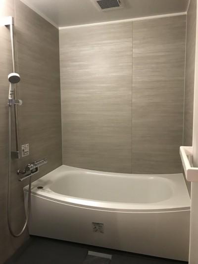 バスルーム (モノトーンで統一されたシンプルハウス)
